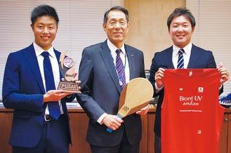 (左から)斉藤さん、桐ケ谷市長、新城さん