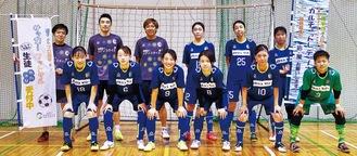 チームの選手たち。前列右端が宇田川選手、後列右から4人目が新妻代表