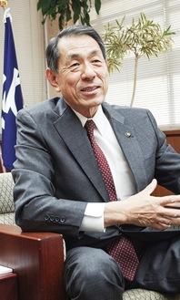 インタビューに答える桐ケ谷市長