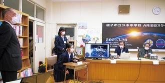 質問する生徒たち。左端が石井会長