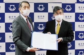 協定書を交わした桐ケ谷市長(左)と北詰理事長