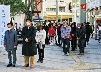 多くの市民が足を止め、黙とうした
