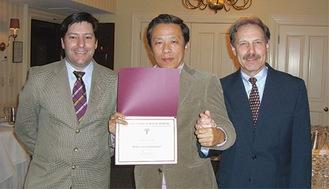 米国ハーバード大学歯学部インプラント科研修後の教授、講師との記念撮影
