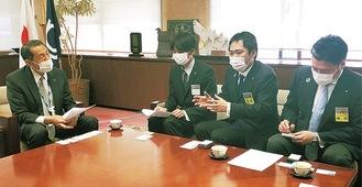 桐ケ谷市長(左)と意見交換する坂倉会長(同3人目)