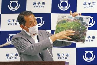 設置場所について説明する桐ケ谷市長