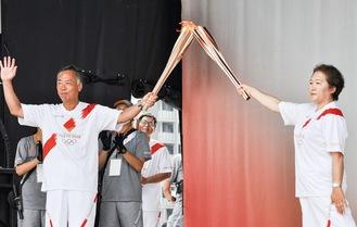 式典に参加した田中さん(右)