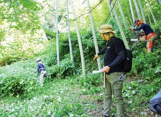 上山口の拠点に向かう道を整備するメンバーたち