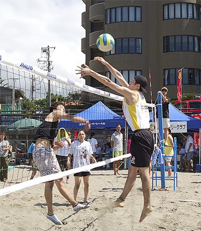 砂浜で30チームが熱戦