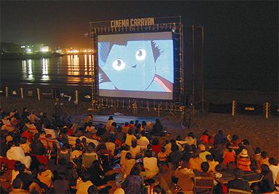 砂浜に巨大スクリーン