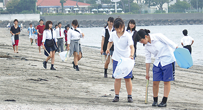 高校生が海岸清掃