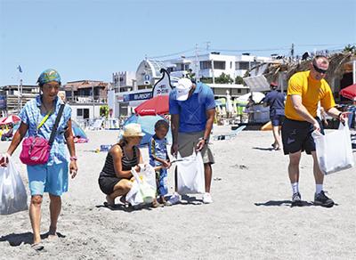 海岸清掃に一役