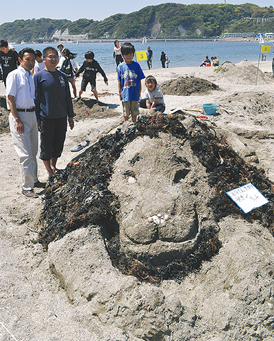 「砂のアート」浜に58作品