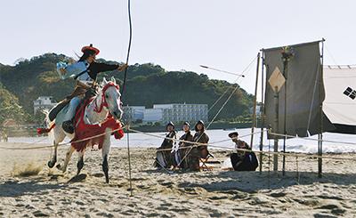 人馬の妙技砂浜に歓声