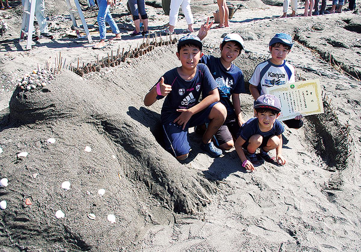 砂浜にアート出現