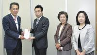 市役所を訪れた宮崎さん(左から2人目)