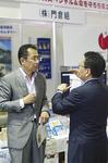 ブースに立ち寄った海老根市長と「災害対策」について話す小澤社長(右)