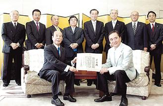 黒岩知事(右)から関根理事長へ