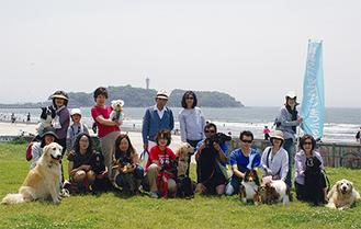 「しつけ、マナーを守ることで、きちんと住み分けができれば」と話すメンバーら。湘南海岸公園にドッグランを作るのが目標