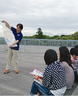 湘南ツアーの企画のため、市職員の話を聞く生徒たち