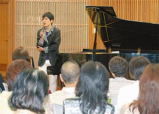 トーク、演奏で聴衆を魅了