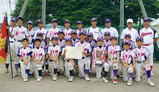 優勝したナイン。創部40年を超え、神奈川県内でも名門チームの一つ。決勝戦は齋藤健成くん(6年)のサヨナラホームランで試合を決めた