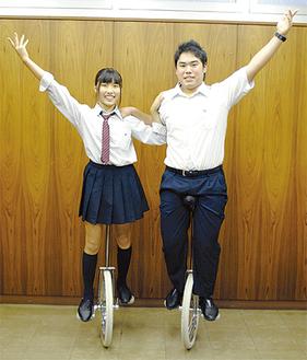 決めポーズをする今井さん(右)と河田さん