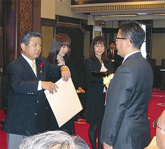 賞状を受け取る門倉組、小澤社長(右)神奈川県庁で