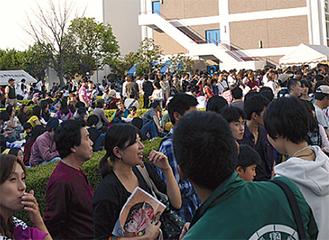 ライブにはたくさんの人が詰めかけた