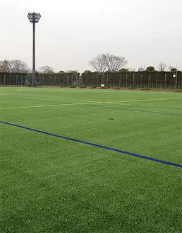 人工芝にリニューアルした球技場