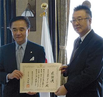 黒岩知事から感謝状を受ける吉楽社長(右)