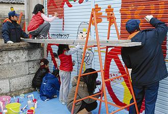 消防団、児童らが協力して作品を仕上げた