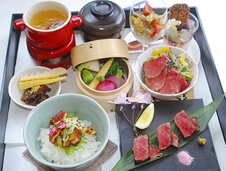 近江牛ステーキ、味わいご飯、春野菜のせいろ蒸し、ローストビーフサラダ、牛すじ茶わん蒸し、近江牛しぐれ煮、前菜、甘味に食後の飲み物付き