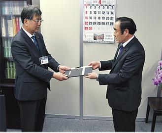 報告書を渡す渡辺議長(写真提供:藤沢市)