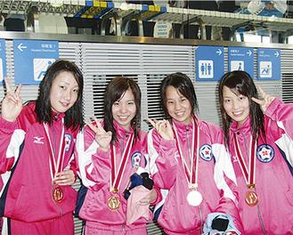 神奈川新記録を樹立したメンバー 右から三浦さん、金指さん、齊藤さん、五十嵐さん