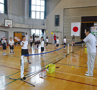 テニスを通じて、「体育」「徳育」「知育」を楽しみながら学ぶ児童ら