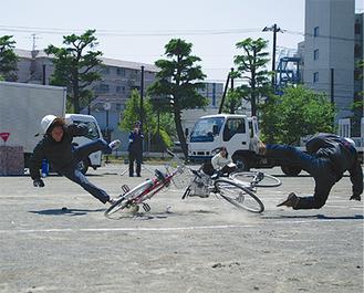 プロのスタントマンによる事故想定実演の様子。壊れた自転車が事故の恐ろしさを物語った