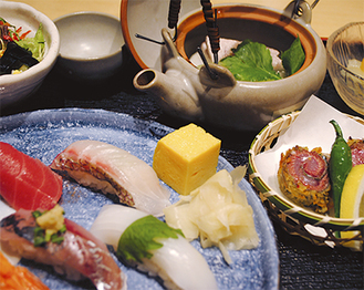 特別ランチは握り5貫、玉子、ねぎま汁、一品料理、サラダ、酢の物にデザートまでついて1000円!
