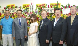 左から野伏翔監督、小野寺昭さん、新垣里沙さん、横内正さん、大門正明さん、永澤俊矢さんが映画への意気込みを語った
