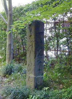 東京都世田谷区で見つかった江の島道標マンションを囲む遊歩道の脇に建てられている