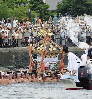 毎年多くの人が訪れる江の島天王祭
