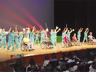 舞台上で演技を披露する出演者たち