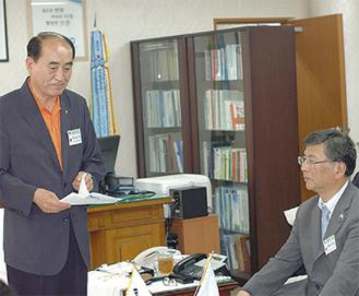 訪問団を歓迎するイ・シウ保寧市長(左)〈写真提供:藤沢市〉