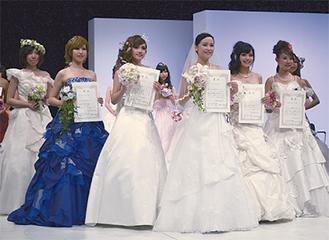 煌びやかなドレスに身を包む入賞者たち