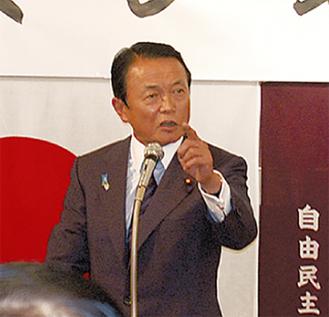 講演する麻生氏