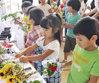 供養を行う園児たち(写真提供/新江ノ島水族館)