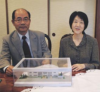完成模型を前に地域への想いを語る小林繁幸代表取締役(左)と由美子夫人