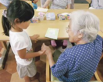 敬老会で託児所の子どもからプレゼント