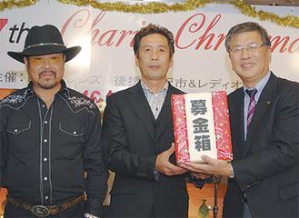 市長に募金を手渡す森井代表(中)、関根会長(左)