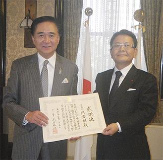 黒岩県知事から感謝状を受け取る(株)門倉組の小澤社長(右)