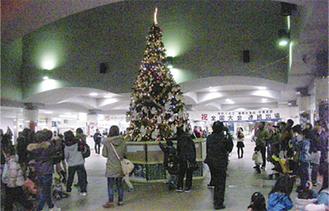 駅地下のクリスマスツリー